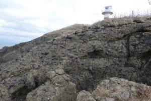 弁慶灯台と水冷破砕岩の崖