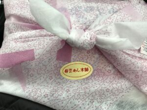 和紙風の風呂敷に包まれた駅弁「母恋めし」