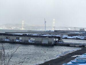 絵鞆半島にある宮越屋珈琲店からの絵鞆漁港、白鳥大橋、室蘭湾を望む