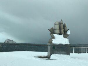 プロビデンス号室蘭港来航200年記念碑と大黒島
